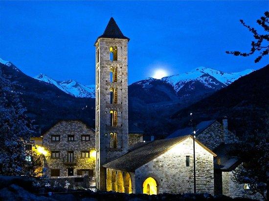 Erill La Vall, Spain: El hostal,el campanario y la luna