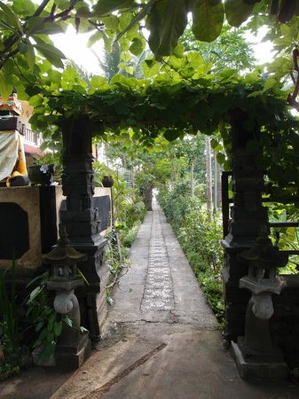 Bali Bhuana Beach Cottages: beautiful path to our bungalow