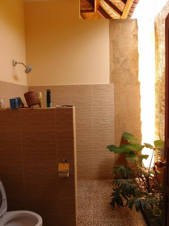 Bali Bhuana Beach Cottages: great power shower