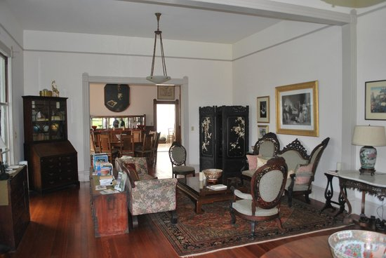 Shipman House Bed and Breakfast Inn : View of living room