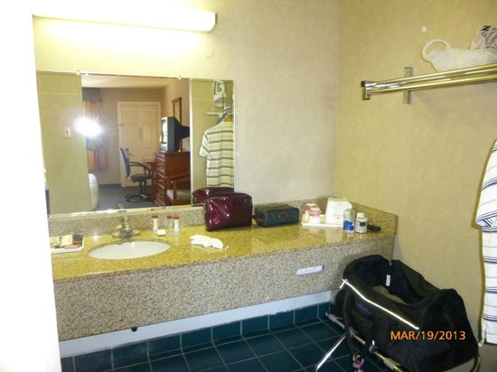 Ramada Flagstaff East: Vanity separate from toilet and tub