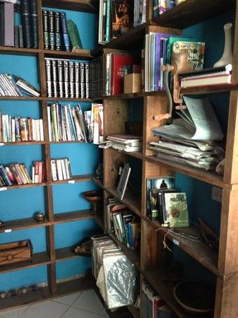 Hostel Ka'beh: international bookshelf