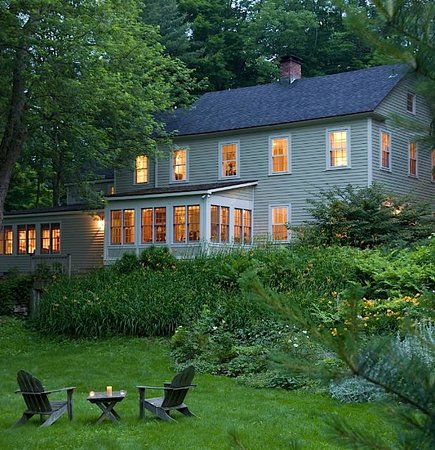 Inn at Green River: Relax in the Adirondack chairs in our beautiful gardens