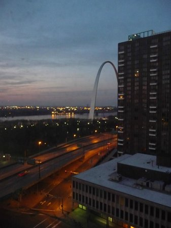 Hampton Inn - St. Louis Downtown at the Gateway Arch: Arch View at sunrise