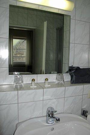 Hotel Drei Koenige : Drei Könige - Bad von Zimmer 43