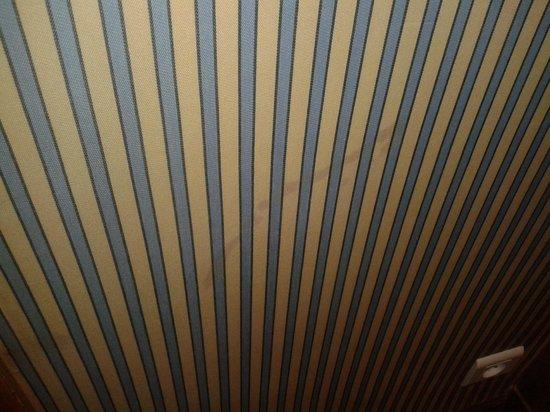 Hôtel Barrière Le Majestic Cannes: Chambre : tâches sur le mur