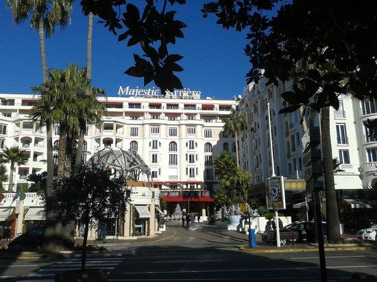 Hôtel Barrière Le Majestic Cannes: Vue extérierue de l'hôtel