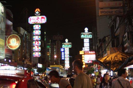 Shanghai Mansion Bangkok: abends vor dem Hotel