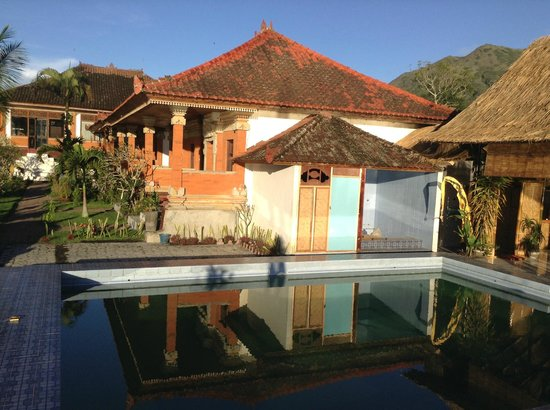 Lakeside Cottages: pool and rooms