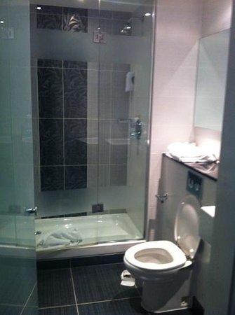 Premier Inn Bournemouth Central Hotel: lovely clean bathroom