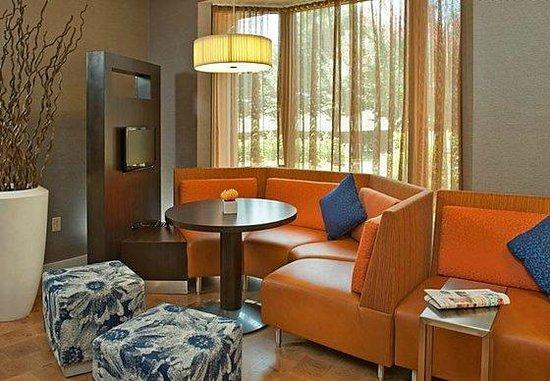 Courtyard Detroit Utica: Lobby seating