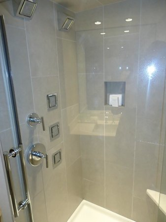 Inn on Woodlake: Wonderful shower