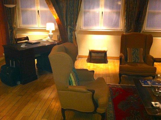 Le Dixseptieme: Living room with desk