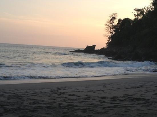 Arenas del Mar Beachfront & Rainforest Resort: relaxing end to the day at private beach