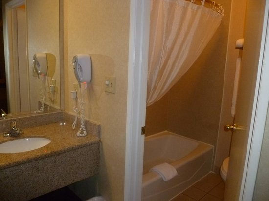 Best Western Norwalk Inn: The bath