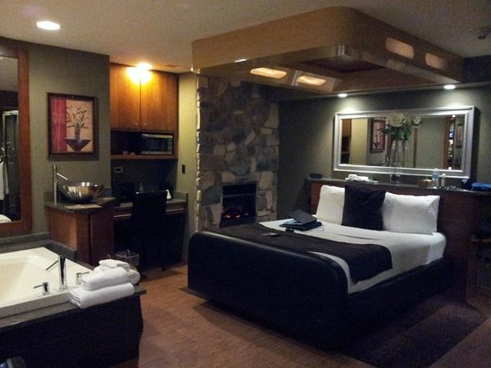Champagne Lodge and Luxury Suites: inside room