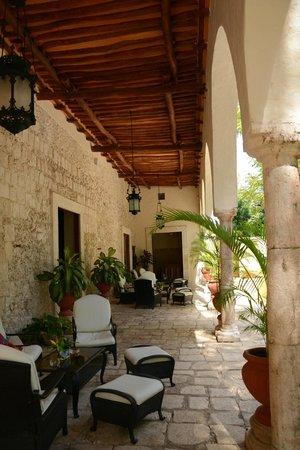 Hacienda Chichen: front verandah