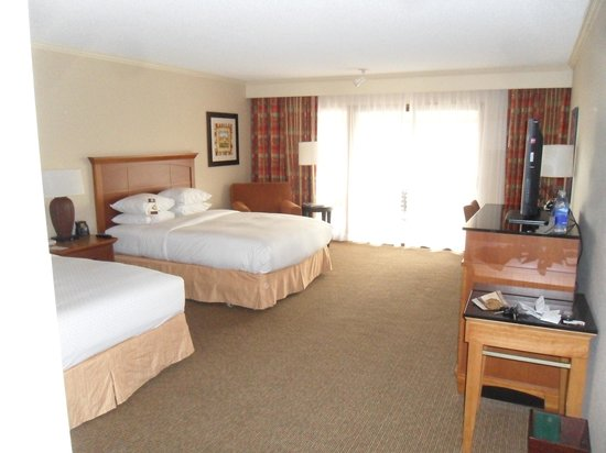 DoubleTree by Hilton Hotel Ontario Airport: Two queen room