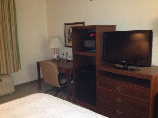 Hampton Inn Odessa: Microwave, refrigerator, desk and TV