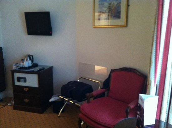 Granville Hotel: The inexplicably tiny TV and horrendous drawer/room safe combo