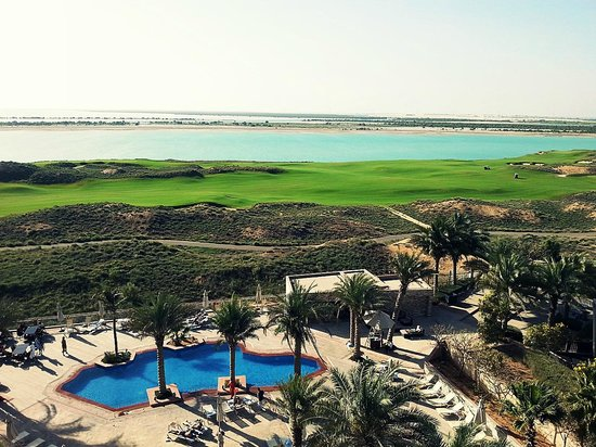 Park Inn by Radisson Abu Dhabi Yas Island: Pool and the Golf green.