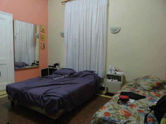 Hostal Leonel: Amplia y comoda habitacion
