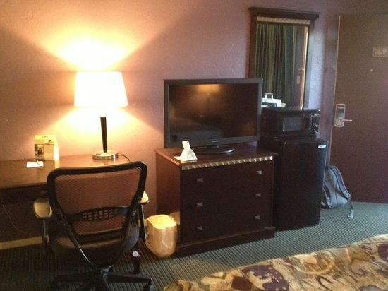 BEST WESTERN Stevens Inn: Refrigerator, microwave, TV, desk