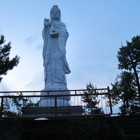 Wudalianchi, Κίνα: At the highest point of Yaoquanshan the temple has put a statue.