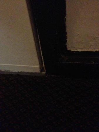 Days Inn Kissimmee FL: Gap in the door