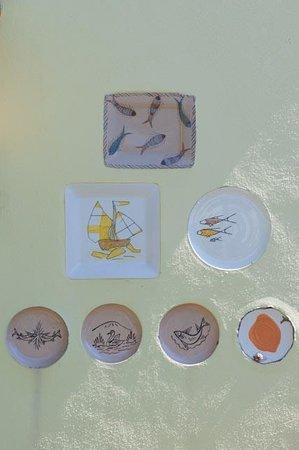 Los Arroyos Verdes: Plates as wall art at Arroyos Verdes
