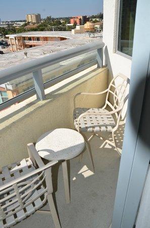 Residence Inn Fort Lauderdale Pompano Beach/Oceanfront: small balcony space