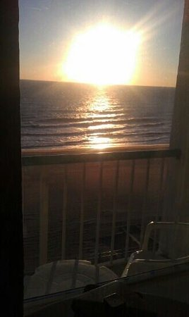 Baymont Inn & Suites Virginia Beach Oceanfront: sunrise veiw from room