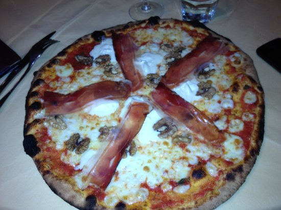 super pizza picture of la taverna del granducato san gimignano tripadvisor. Black Bedroom Furniture Sets. Home Design Ideas