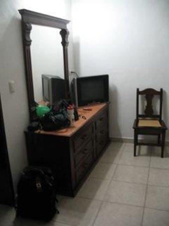 Hotel Santa Maria: Dresser in Room #105