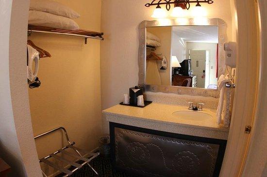 Santa Fe Sage Inn: Sink and closet