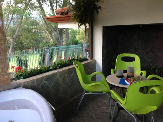 Terrazas de Golf Boutique Hotel: Beautiful balcony with jacuzzi & sitting area!