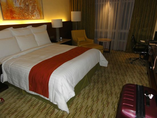 Manila Marriott Hotel: Deluxe room w/ king bed (2)