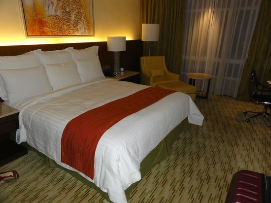 Manila Marriott Hotel: Deluxe room w/ king bed (3)