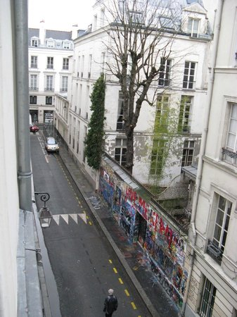 Hotel Verneuil Saint-Germain: The view down the street from Room 302