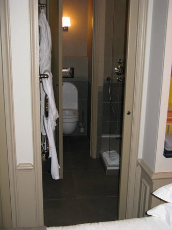 Hotel Verneuil Saint-Germain: View into the tiny bathroom in Room 302