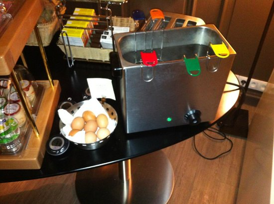 Hotel Verneuil: The hard-boiled egg cooker at breakfast