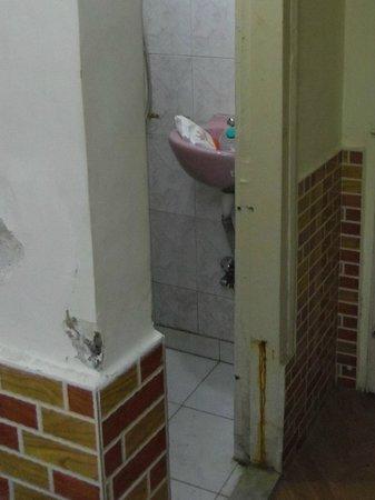 Hotel Ruyale Inn: filth