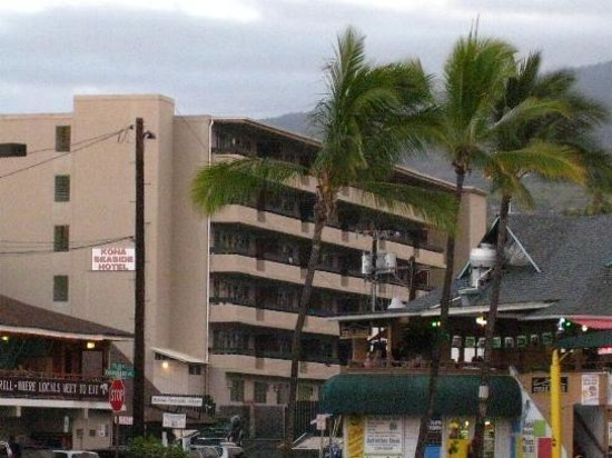 Kona Seaside Hotel: view  of hotel from the restaurants/commercial area