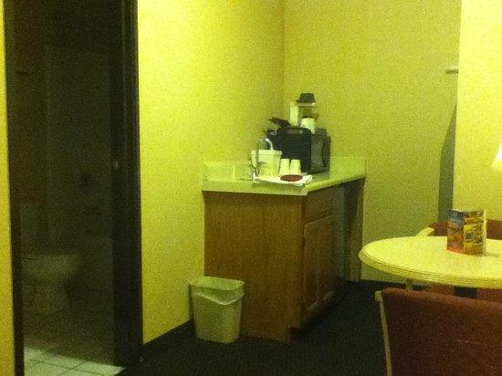 هاوارد جونسون فلاجستاف: Kitchenette area with view into bathroom