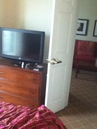 Residence Inn Pittsburgh University/Medical Center: Bedroom door to living area