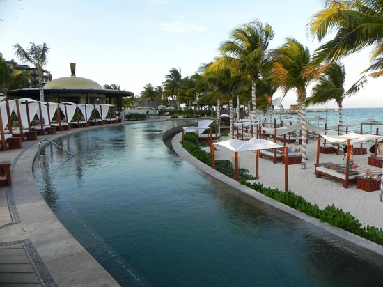 Villa del Palmar Cancun Beach Resort & Spa: The infinity pool with the loud music