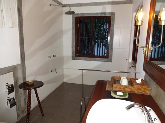 Tamarind Hill: Open bathroom