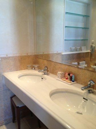 Adonis Hotel: Bathroom View1
