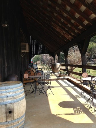 Sharp Rock Vineyards: Covered Patio