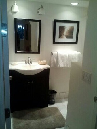 Carmel Fireplace Inn: great bathroom.. brand new